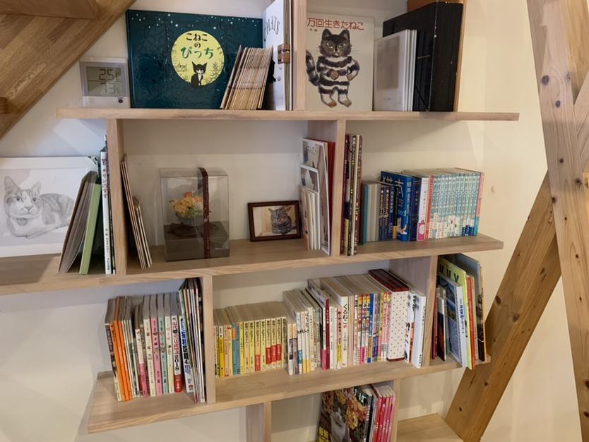 猫ちゃん関連の絵本や本がたくさん♪のんびり過ごせます。